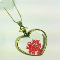 گردنبند شیشه ای گل خشک قرمز با زنجیر برنزی