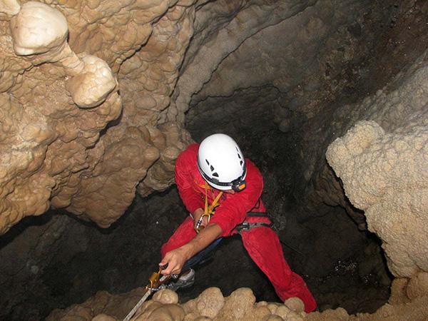 غار انگره مینو
